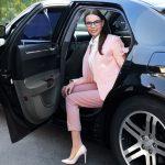 femme-sortant-dun-vtc-vehicule-de-transport-avec-chauffer